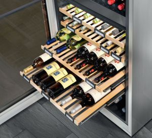 Holzborde auf Teleskopschienen im Weinkühlschrank