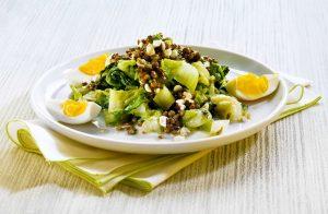 Linsensalat mit Eiern auf Lattich - Rezept von Betty Bossi & Miele