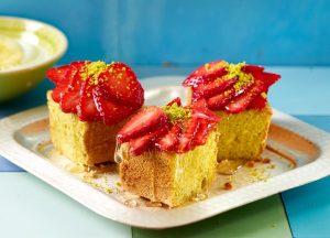 Pistazienbiskuit mit Erdbeeren - Rezept von Betty Bossi & Miele