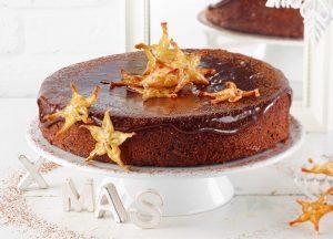 Schokoladetorte mit Sternfrucht-Chips - Rezept von Betty Bossi & Miele