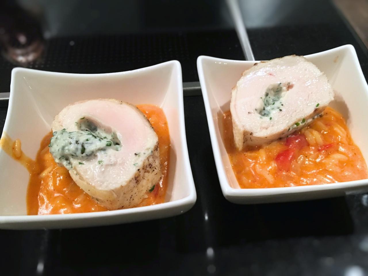 Gefüllte Pouletbrust Kräuter Ricotta auf Tomaten Risotto