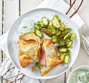 Lamm-Strudelpäckli mit Spargel-Pickles